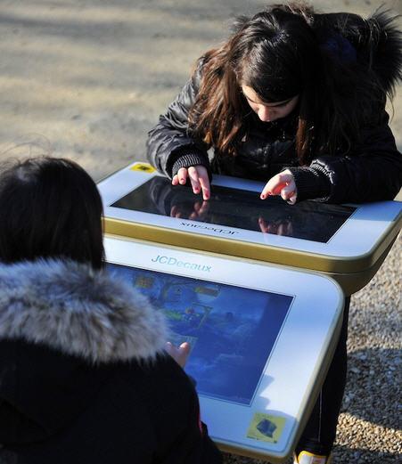 1526776-jcdecaux-installe-une-table-de-jeu-digitale-dans-un-jardin-parisien