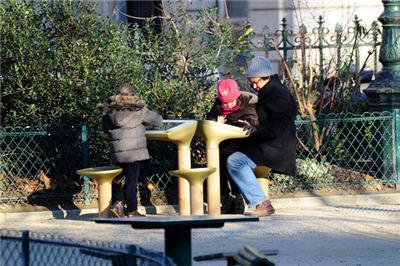 1527154-jcdecaux-installe-une-table-de-jeu-digitale-dans-un-jardin-parisien